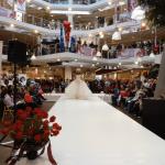 DJ Harry Garcia modertiert eine Braut-Modenschau