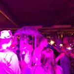 DJ Harry Garcia moderiert den Regenschirmtanz